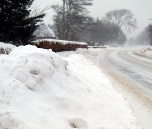 Winter extrem! Schulbus fährt in Stedesand gegen Bahnschranke – keine Verletzten