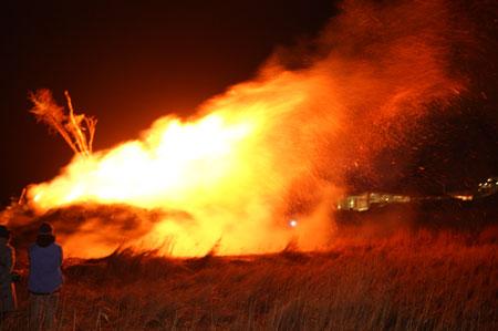 Biikebrennen – In Nordfriesland brennen wieder die Biikefeuer – Alle Biikeplätze