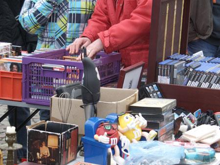 Über 250 Hobbytrödler bieten ihre Waren in der Messehalle in Husum an
