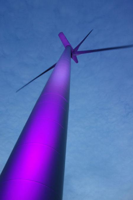 Bei Husum – Windkraftanlagen erstrahlen in farbigem Licht